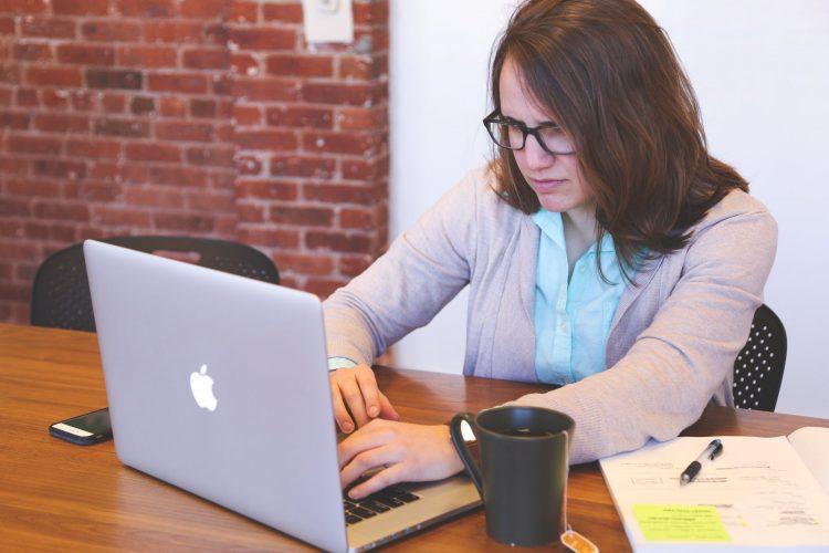 Стресирана жена на компютър