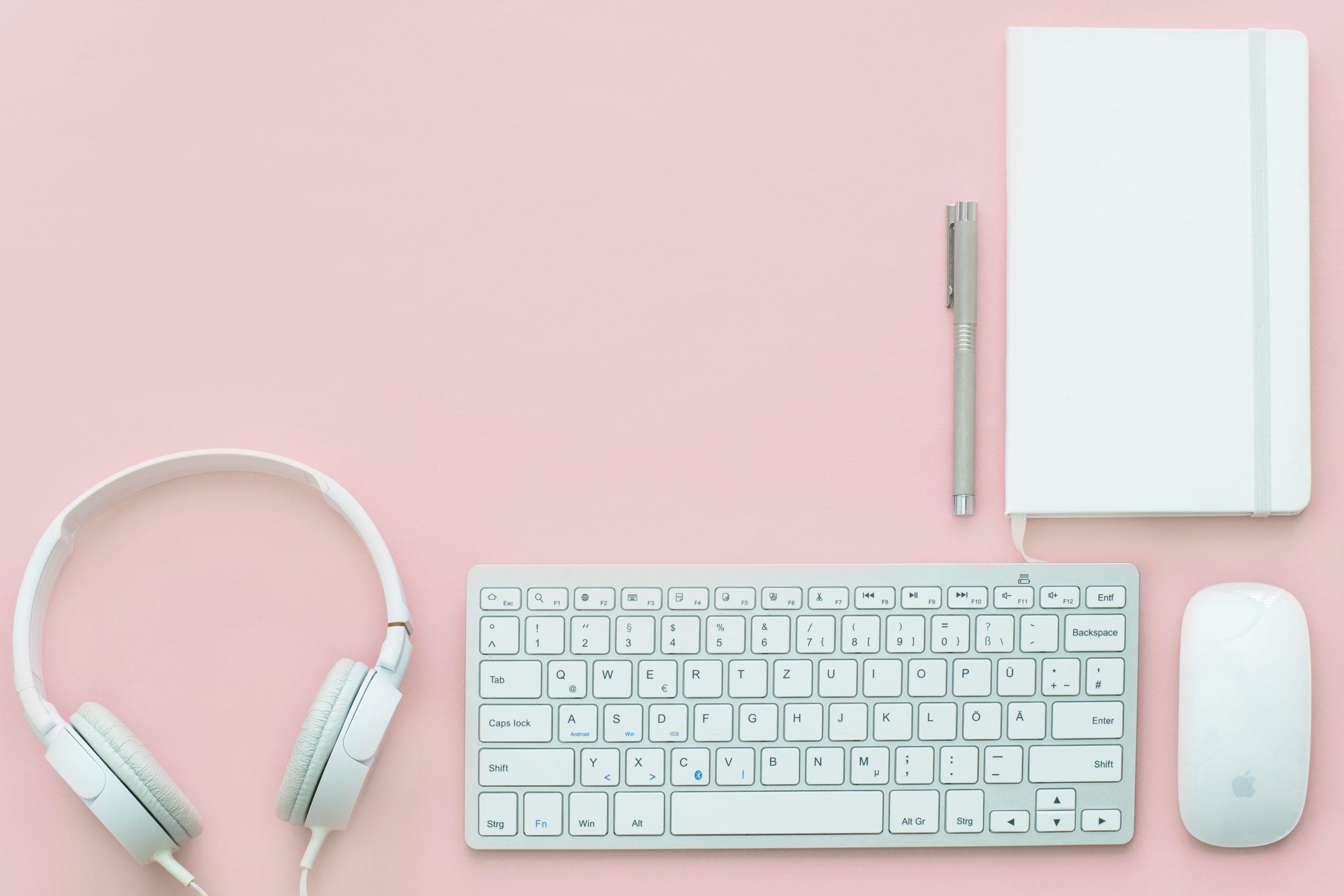 Тефтер, слушалки и клавиатура