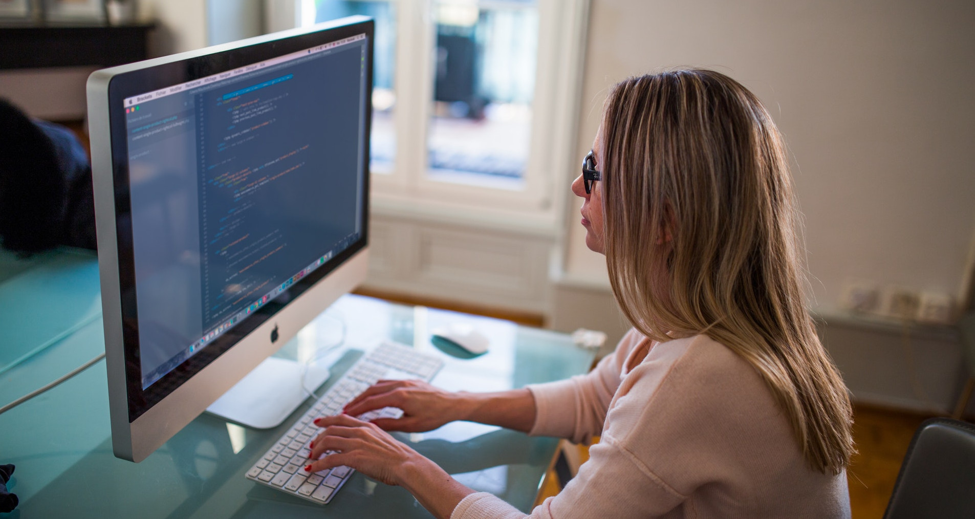 Жена, работеща пред монитор