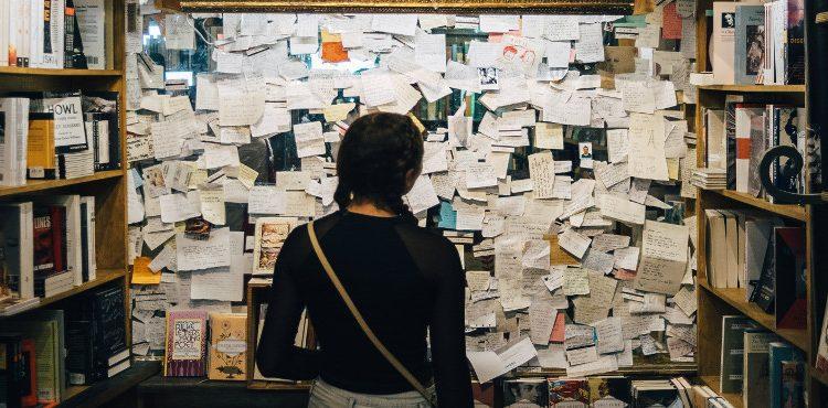 Жена пред дъска с множество бележки